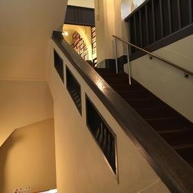 100年の重みのある階段