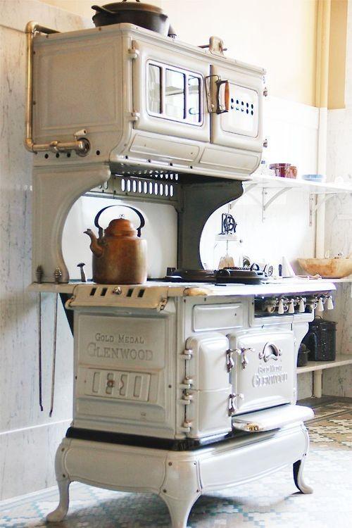 アンティーク&シャビーな小物が映える海外キッチン特集|suvaco スバコ