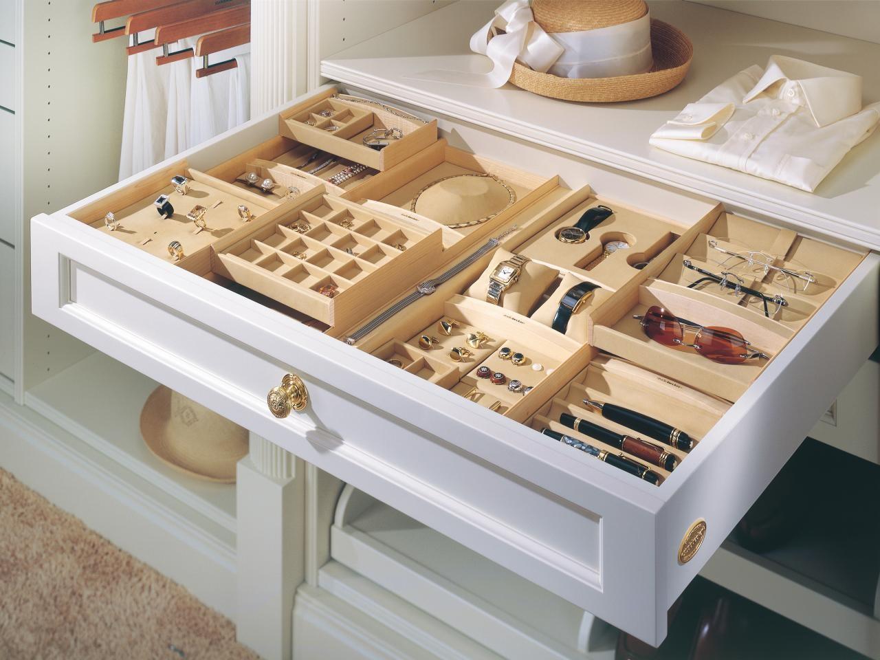 クローゼットの中の一番使いやすい引き出しをアクセサリー専用に。仕切りのついた浅いボックスを2段にすることで、たくさんのアイテムが1箇所に納まります。