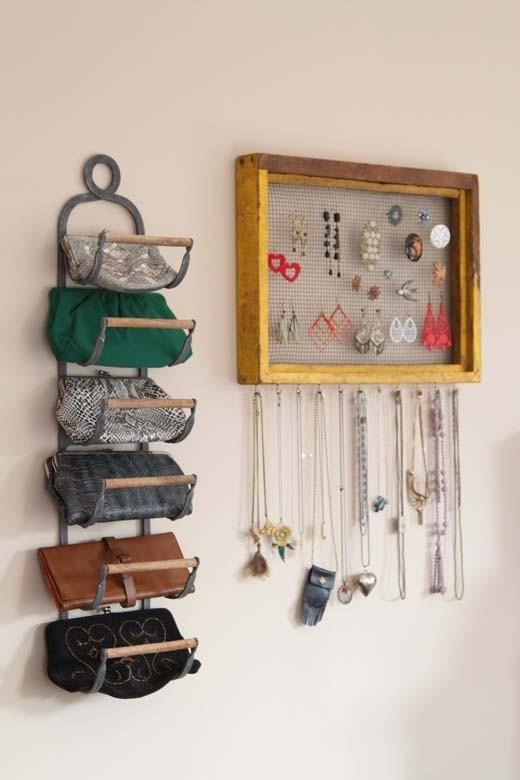 古い木枠をアクセサリーホルダーにDIY。木枠の中には布を貼ってピアスを収納、下にはフックをつけてネックレスをかけられるようにしています。