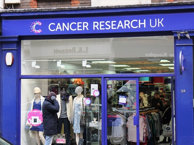 「Cancer Research UK」の店先