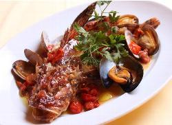 鮮魚のアクアパッツァ:新鮮素材を豪快に!