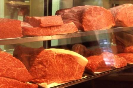 自慢のお肉がショーケースに並びます