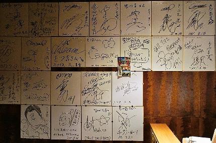 店内には芸能人・著名人のサインがズラリ!