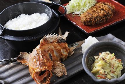 名物魚の一本炙りや炊きたてのコシヒカリ