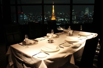 東京のパノラマの夜景を落ち着いた空間で