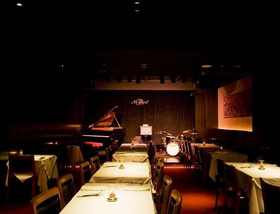 ジャズを聞きながら食事を楽しめる空間