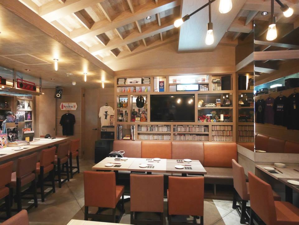 解放感のある高い天井、テーブル席は28席
