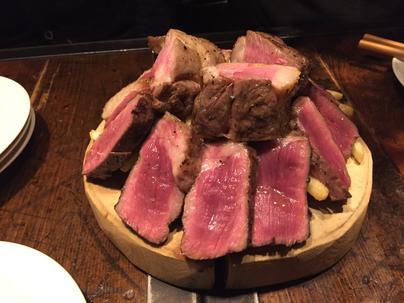肉のショーケースと様々な肉料理。