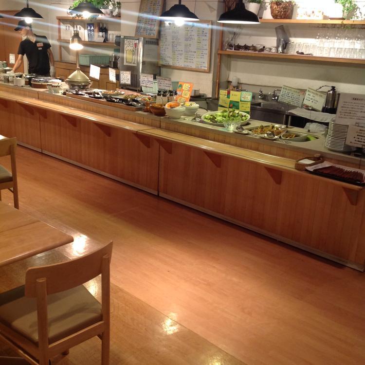 毎日届く新鮮な有機野菜がカウンターに並ぶ