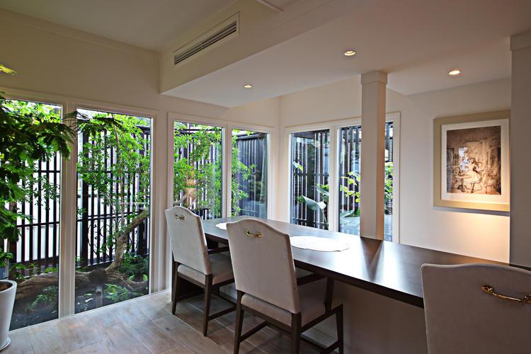 1階には緑を眺めながら楽しめる個室を
