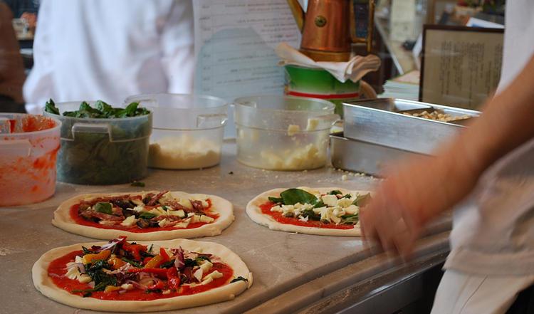 職人が目の前でピッツァを焼き上げます