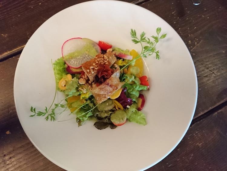 彩り野菜とチキン、ローズヒップのサラダ