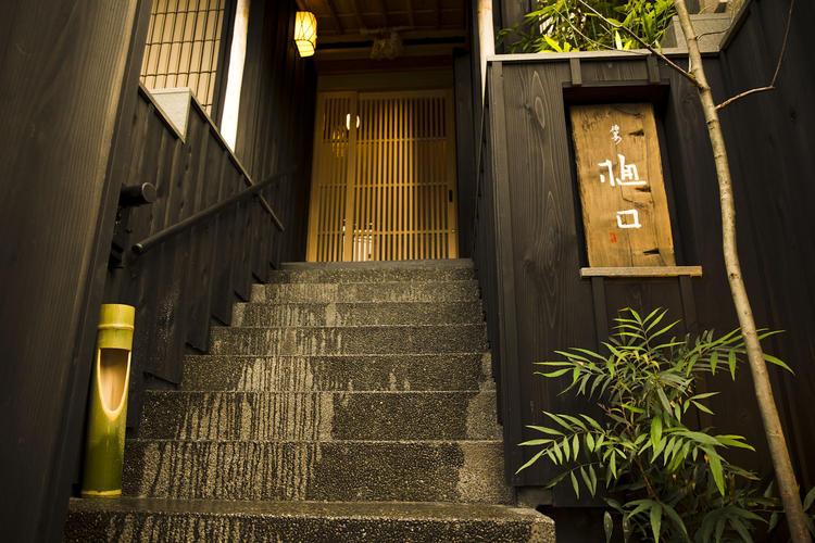 神宮前の裏通りに佇む日本料理店