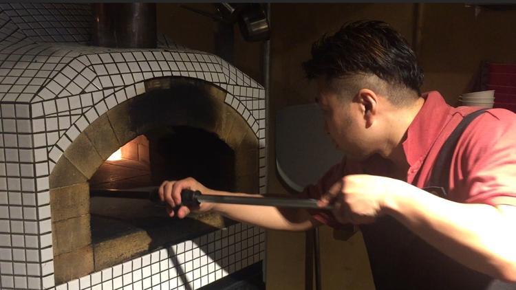 自慢の石窯で焼き上げる料理は絶品。