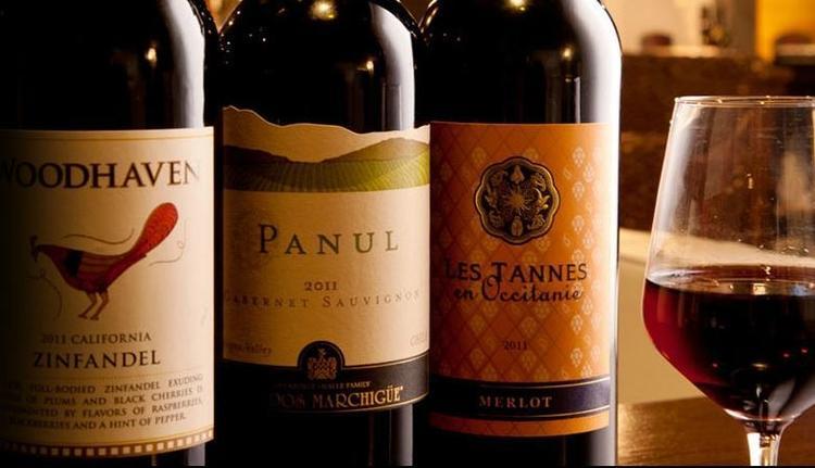 ワインも50種以上取り揃えています