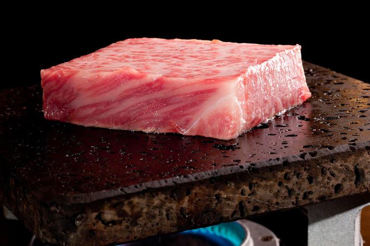 天然の溶岩プレートで焼きお肉は最高!