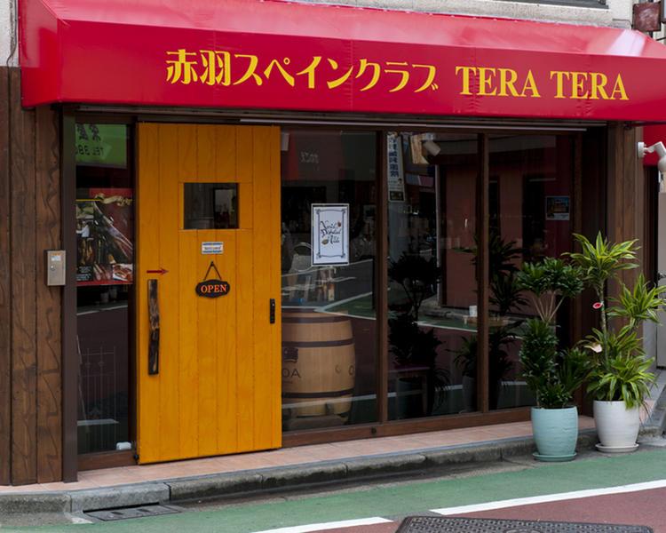 赤いテントに黄色の扉が目印です
