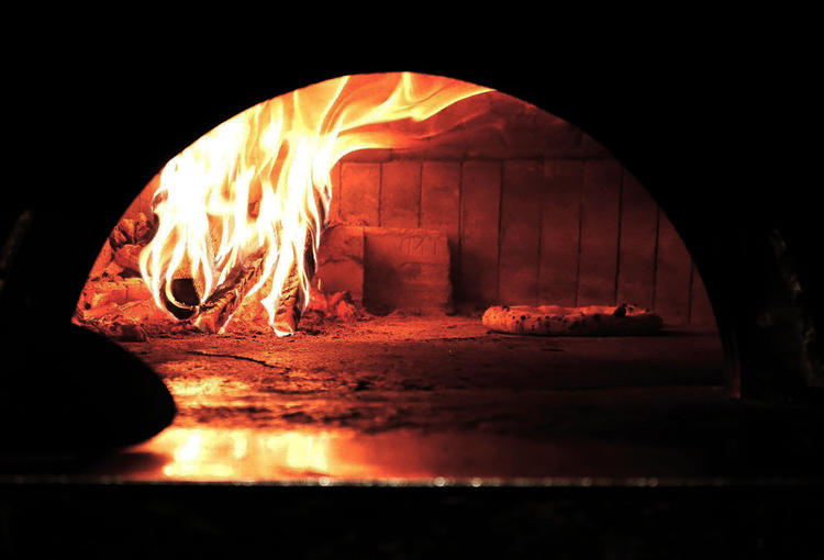 独自のこだわりのピッツァも薪窯で。