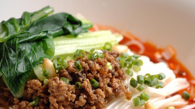 豊洲店の汁なし担々麵は、温玉付きです。