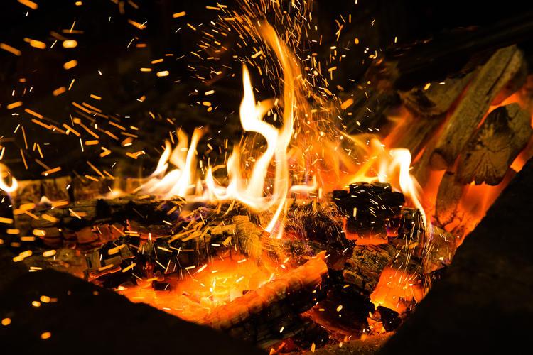 炭トキドキ薪 の新たな火入れです。