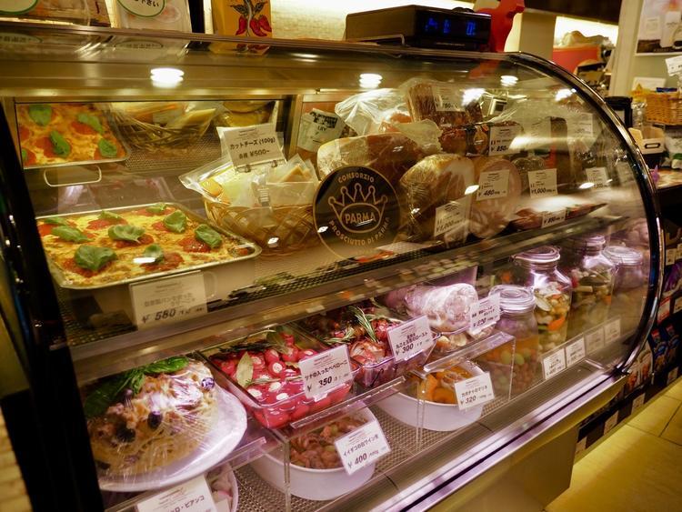 イタリア産生ハムやサラミ、お惣菜も量り売