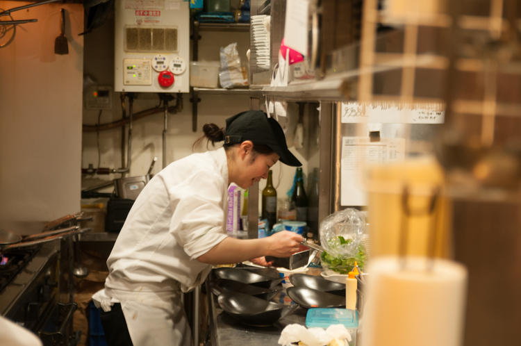 キッチンでは女性も活躍中!!