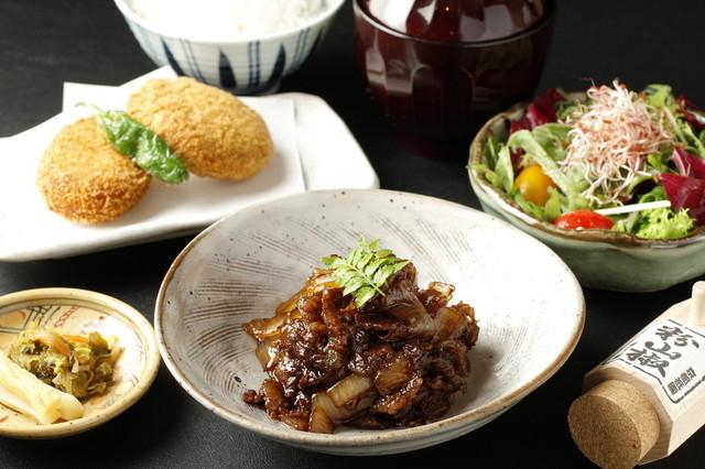 ランチは気軽に楽しめる御膳や丼を提供
