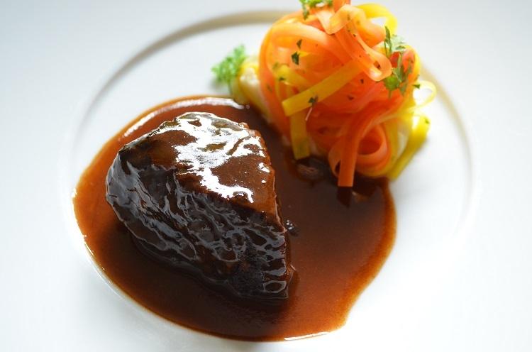 伝統的な肉料理の一皿も人気!