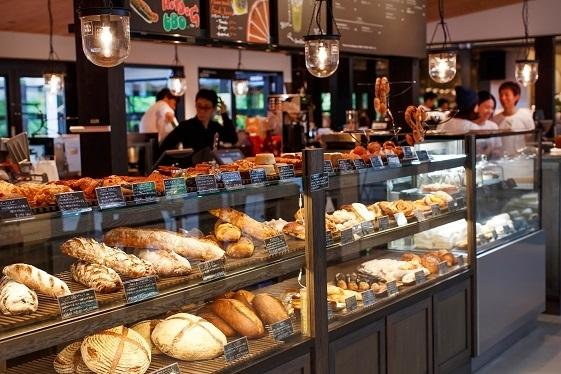 広いパン販売カウンターはいつも賑わいます