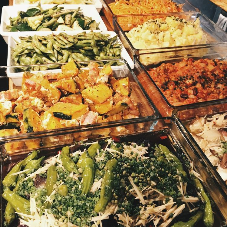 季節の野菜を使ったデリもお店で作ってます