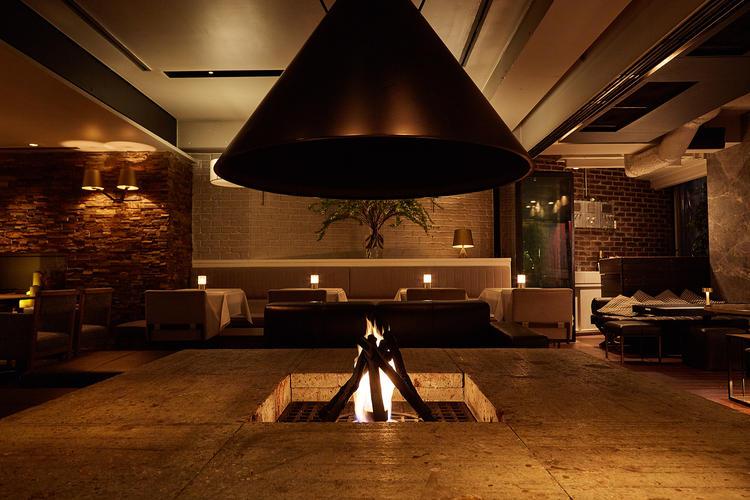 店名になっている象徴的な暖炉