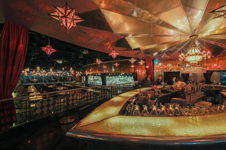 渋谷の夜景が見えるバーの席は大人気です