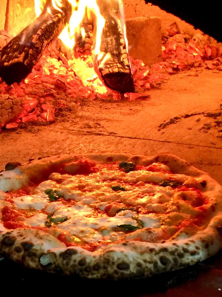 薪窯で焼く本格ナポリピッツァ