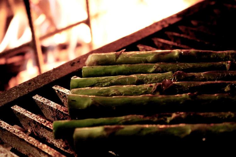 薪で色々な食材に火を入れます。