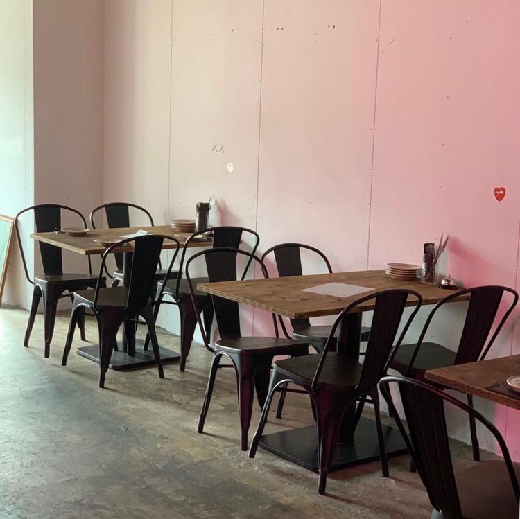 バーカウンターとテーブル席があります