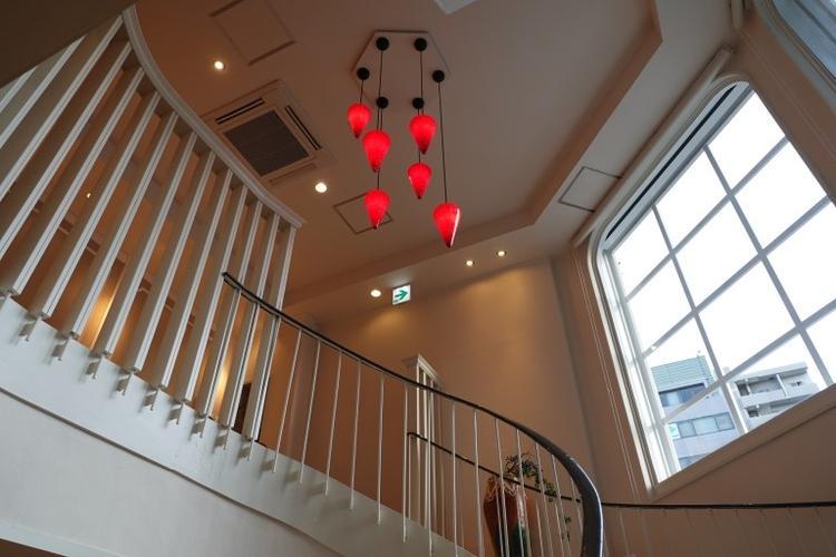 赤いライトが映える、らせん階段