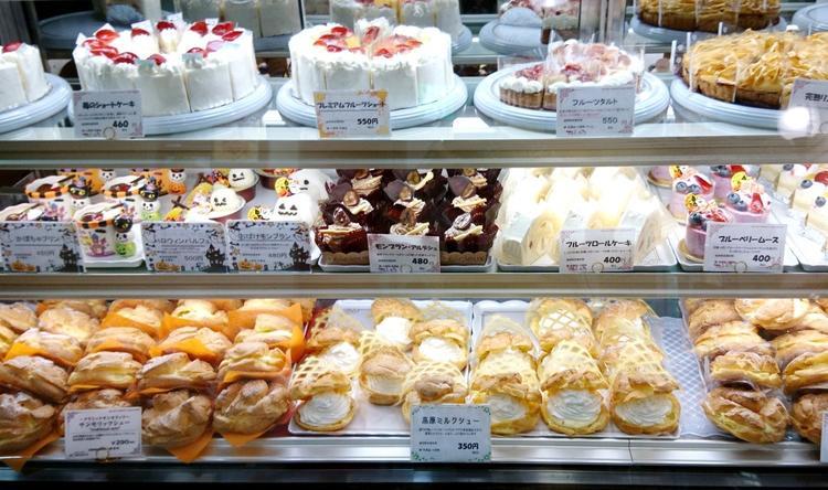 色とりどりのケーキが並びます♪