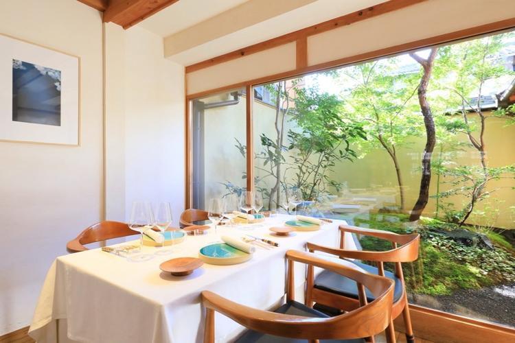 坪庭は溝口陽子さん作、当店の特等席です
