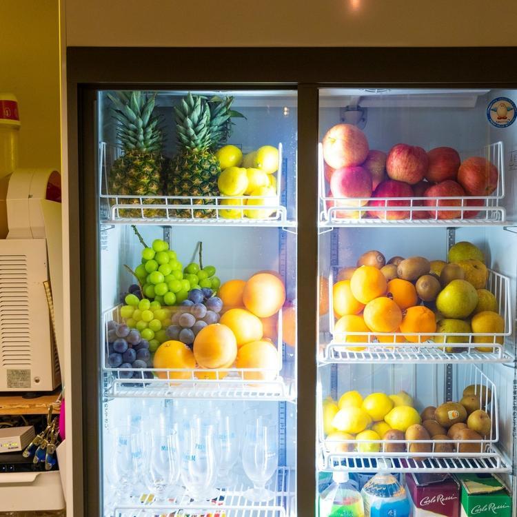 冷蔵ケースには国産フルーツがどっさり!