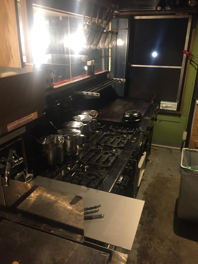 浜松町店、油焼きそば 厨房