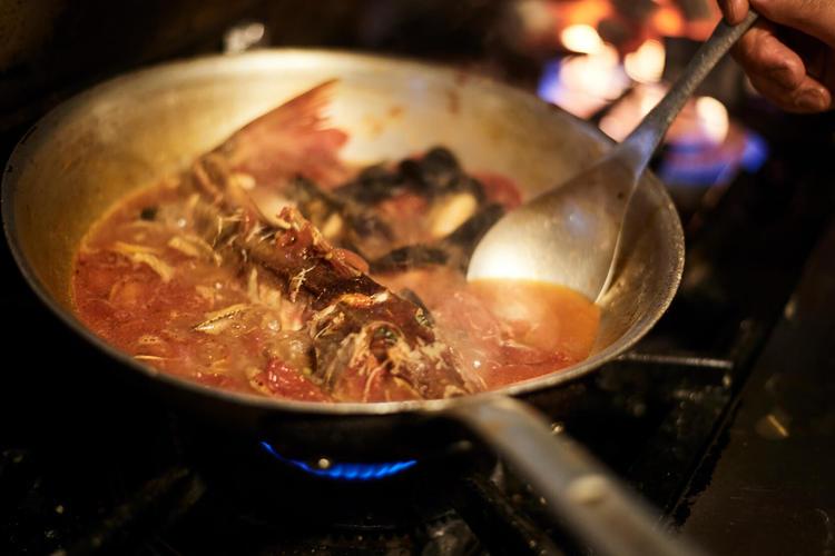 活オマールを水槽から直で調理できます♪