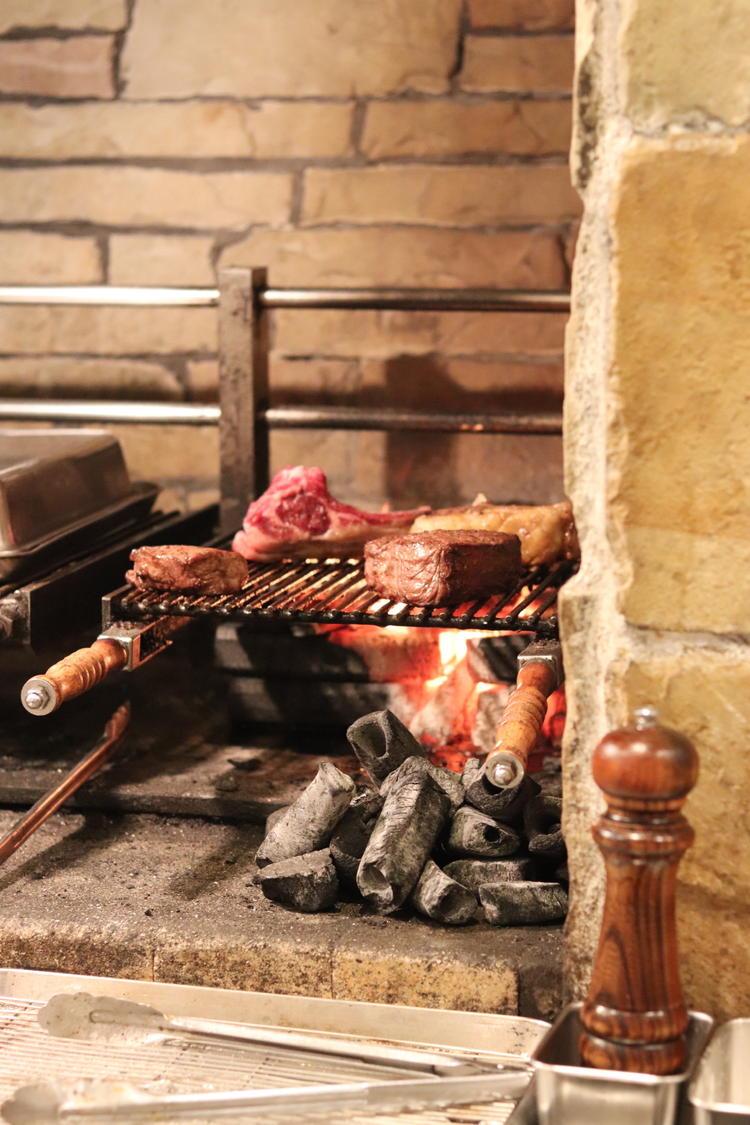 炭火で焼く骨付き肉や鮮魚!