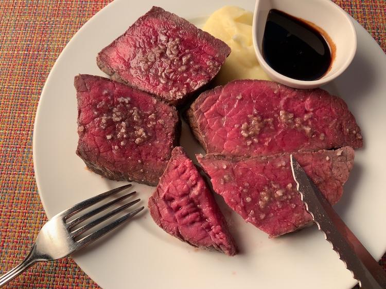 プロの技!肉の焼き方を一から伝授。