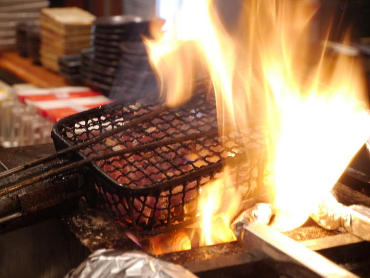 炭火で地鶏を焼き上げます