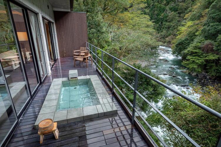 全室かけ流しの露天温泉付き。
