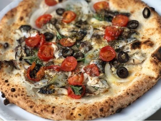 薪窯で焼き上げたピッツァ