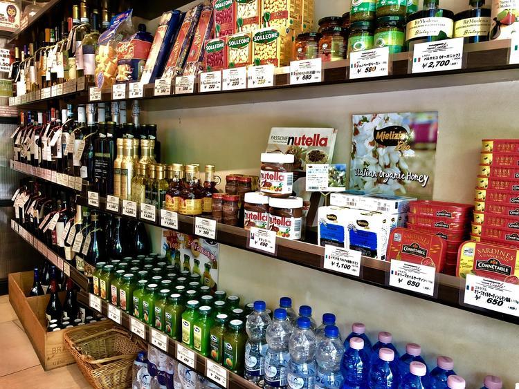 輸入食材の物販スペース