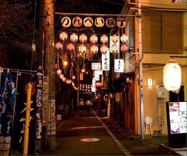 個性豊かな居酒屋が所狭しと軒を並べる横丁