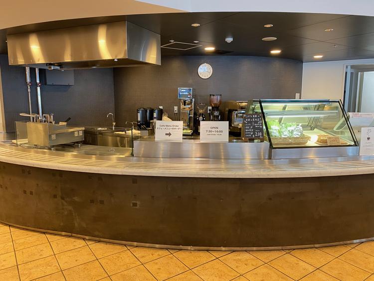ドリンク、パン、スイーツを販売するカフェ